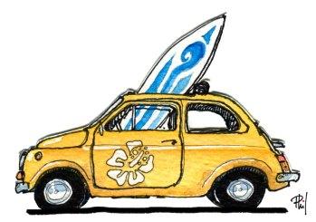 Une Fiat 500 chargée d'une planche de surf.