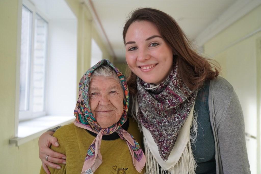 Флешмоб FaceApp, поездка в гости и открытки на праздник: 8 способов помочь пожилым людям
