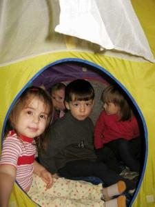 Ребята в игровой комнате Семейного реабилитационного лагеря для детей, перенесших ожоги