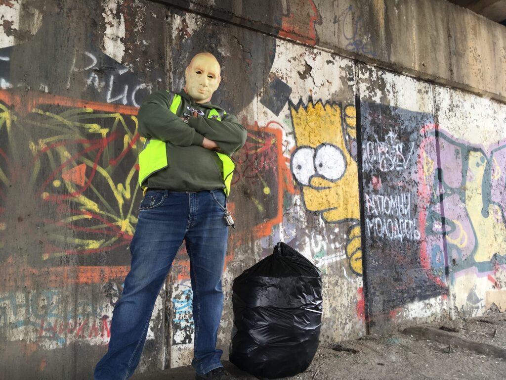 Круче человека-паука: загадочный мусорщик из Костромы в маске Путина в одиночку убирает родную область