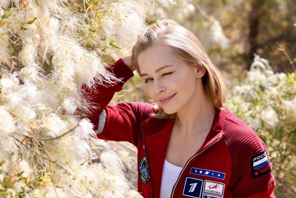 Посвящают полет в космос, навещают подопечных. Как знаменитости участвуют в благотворительности в России