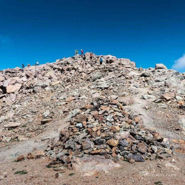 Les randonneurs arrivent avec soulagement au sommet du Mt Cinto