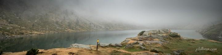 Le lac d'Estom dans la brume