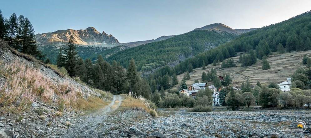 À droite l'Echalp et son gête confortable. à gauche le chemin qui nous permet de démarrer l'étape vers Abriès.