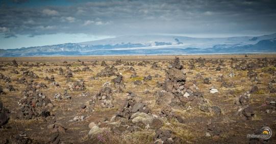 Paysage étrange de cairns à perte de vue. Est-ce l'homme ou la nature qui a œuvré ?