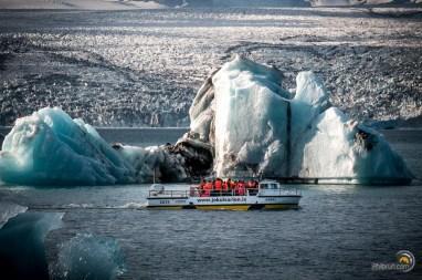 Les touristes s'entassent dans ces véhicules amphibies pour faire un tour sur le lac.