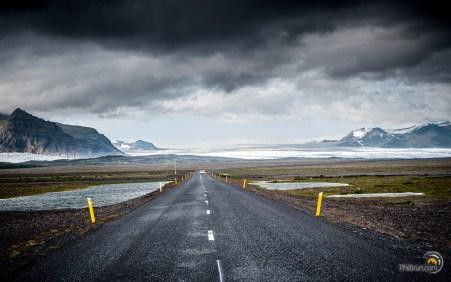 La route Islandaise principale circule dans un paysage volcanique et glaciaire