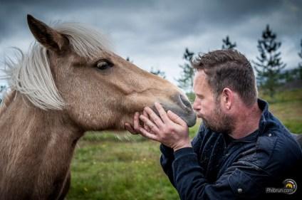 L'éleveur est très fier et amoureux de ses magnifiques chevaux.