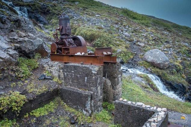 Le vestige de la mine. On aperçoit les petits cristaux sur le muret