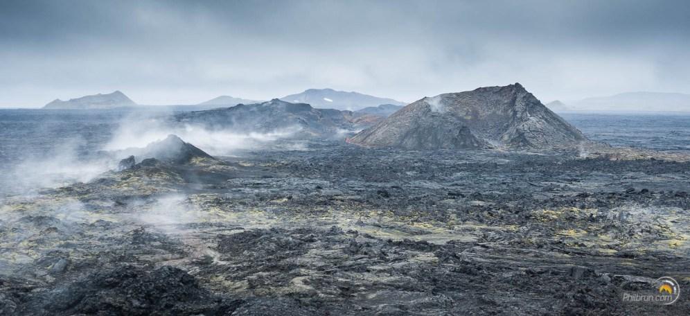On circule ici dans un autre monde tant du point de vue du paysage que des odeurs. Les personnes, à gauche, au pied du cratère en donne la dimension !