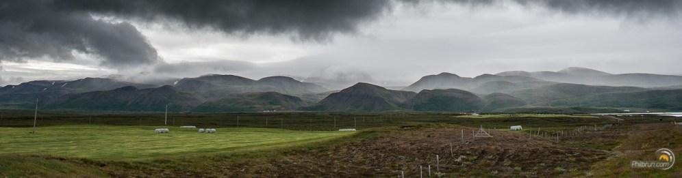 On peut apercevoir, quelques rares champs, dans cet environnement volcanique !