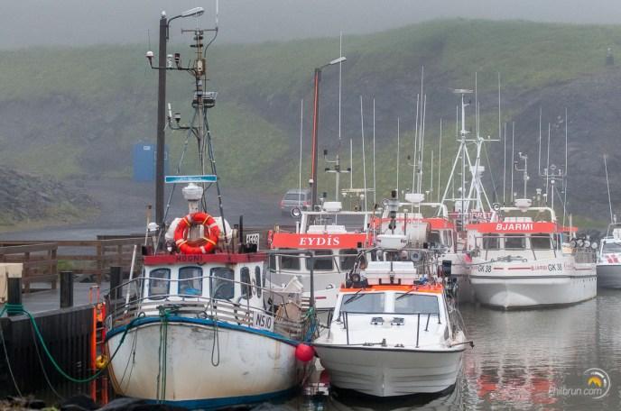 La mer est mauvaise et les bateaux de pêche sont au port de Borgarfjarðarhöfn