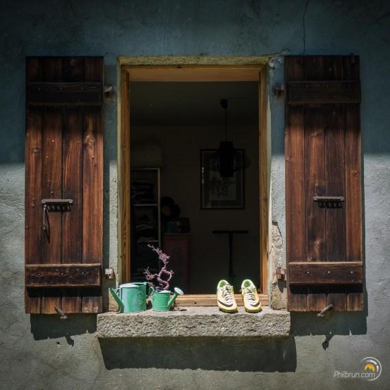 Le chaussures sèchent sur une fenêtre du refuge du Miage