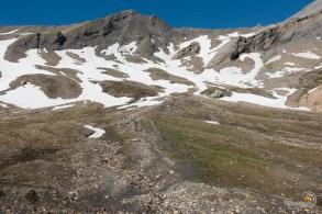 En haut le col des Fours. La neige et encore très présente en ce début juillet.