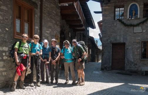 La fine équipe à l'arrivée à Courmayeur. Nous apprécions la fraicheur des murs à l'ombre.