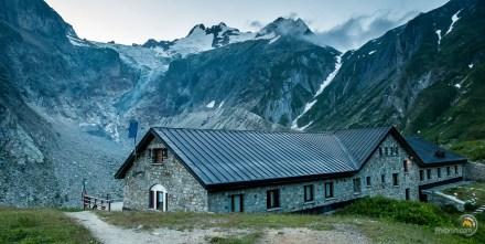 La très grand refuge Éléna avec sa magnifique vue en arrière plan.