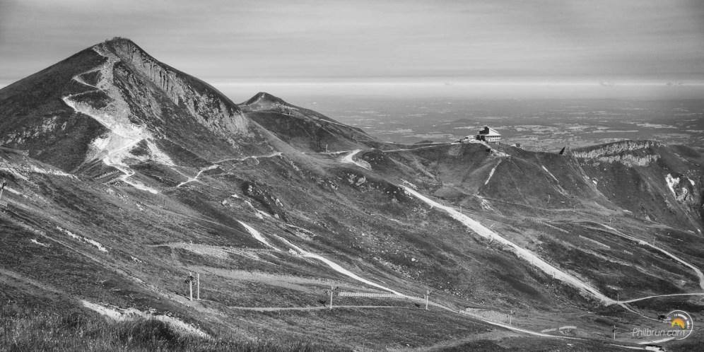 Depuis le Puy Ferrand on peut admirer l'arrivée du téléphérique du Sancy et son sommet