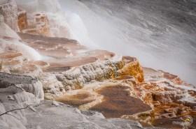 Des vasques où l'eau chaude et acide laisse peu à peu ses sédiments