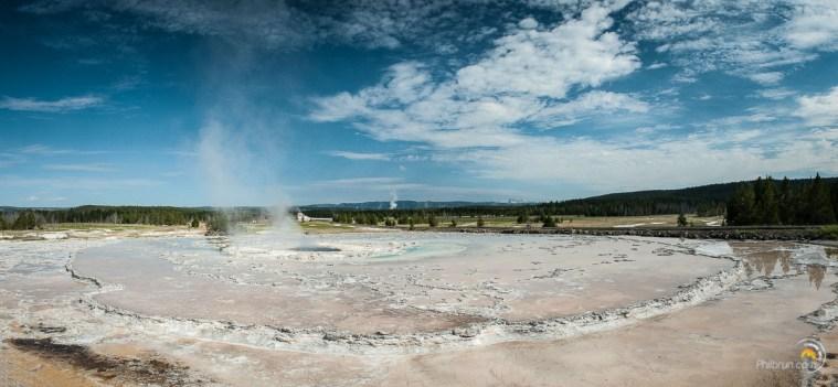 Un geyser et ses sédimentations périmétriques