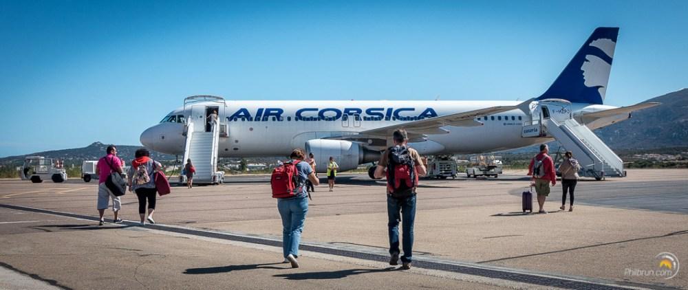 Des passagers sur le tarmac embarquent dans l'A320 d'Air Corsica