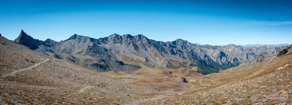 Un panoramique qui montre à droite le fond de vallée de Saint Véran et à gauche Rocca Bianca