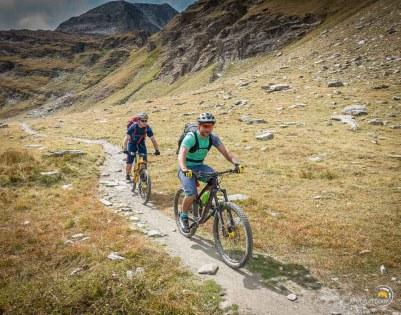 Deux sympathiques cyclistes qui sont bien courageux de se trimbaler en vélà dans ces chemins forts chaotiques !