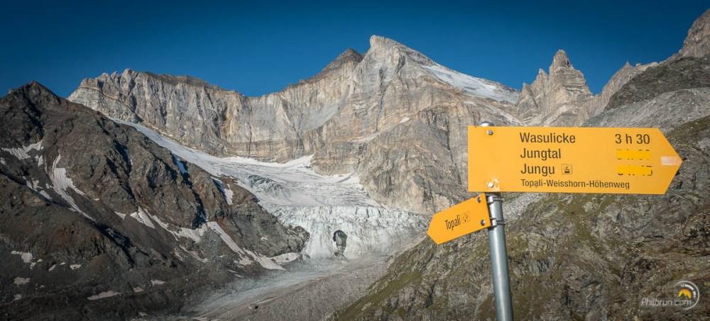 glacier et panneau indiquant l'étape de Jungu