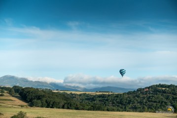 Un ballon et le massif du Sancy