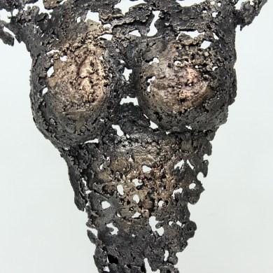 Sculpture représentant le corps d'une femme en métal : dentelle de bronze et d'acier Pavarti Occitane Pièce unique