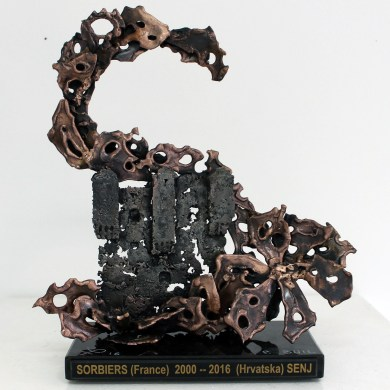 Sculpture de Philippe Buil en metal : dentelle bronze et acier Trophée