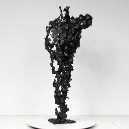Sculpture représentant le corps d'une femme en métal : dentelle d'acier Pavarti Pixel rond Pièce unique Sculpture representing the body of a woman in metal: steel lace Pavarti circle pixel Single piece