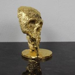 Sculpture représentant un coeur en bronze sur une tête de mort en dentelle d'acier et feuiille d'or Un coeur de vanité Sculpture representing a bronze heart on a skull in steel lace and gold leaf A heart of vanity