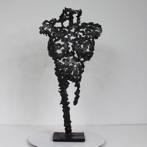 Sculpture représentant un corps de femme. Sculpture en dentelle d'acier.