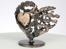 De cœurs sur cœur - Sculpture cœurs acier sur cœur métal bronze - Of hearts on heart - Sculpture steel hearts on bronze metal heart philippe Buil