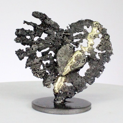 De cœurs sur cœur - Sculpture cœurs acier sur cœur métal laiton - From hearts to hearts - Steel hearts sculpture on brass metal hearts