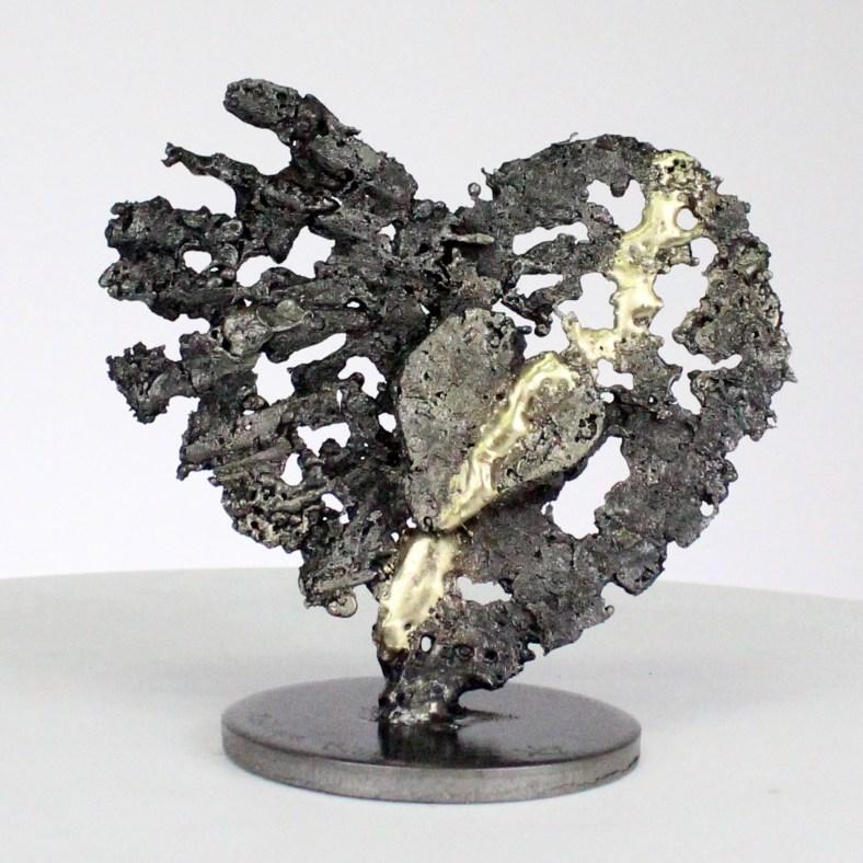 De corazones a corazones - Escultura de corazones de acero sobre corazones de metal de latón - From hearts to hearts - Steel hearts sculpture on brass metal hearts