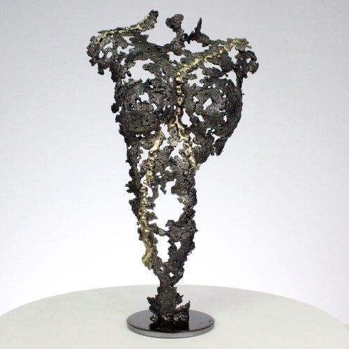 Sculpture représentant un corps de femme. Sculptureen dentelle acier et laiton. Cette sculpture a été créée par dripping, en faisant fondre au goutte à goutte l'acier et le laiton. Socle en acier 10 x 10 cm La dentelle de métal permet de souligner les formes du corps de la femme, tout en jouant avec la lumière et la transparence. Pièce unique. Sculpture signée, et accompagnée de son certificat d'authenticité. Hauteur 37 cm - Largeur 21 cm - Profondeur 12 cm