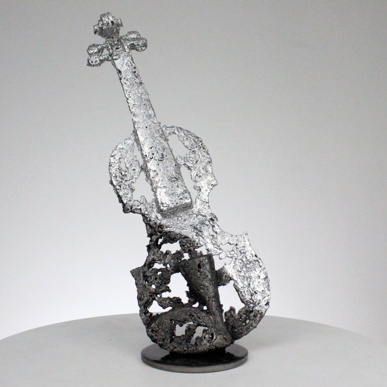 Sculpture représentant un violon dentelle d'acier et de chrome sculpture Philippe BUIL hauteur 36 cm instrument de musique Sculpture representing a lace violin of steel and chromium sculpture Philippe BUIL height 36 cm music instrument