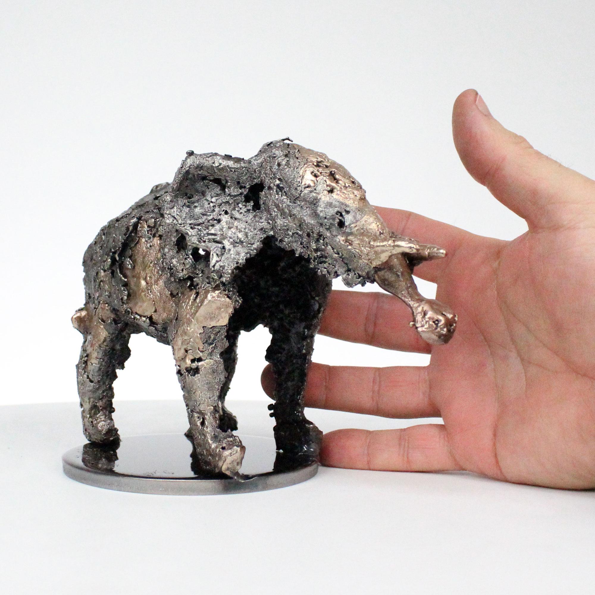 Sculpture de Philippe Buil en metal Dentelle de Bronze et d'acier représentant un elephant Piece unique Sculpture of Philippe Buil in metal Bronze and steel lace representing an elephant Unique Piece