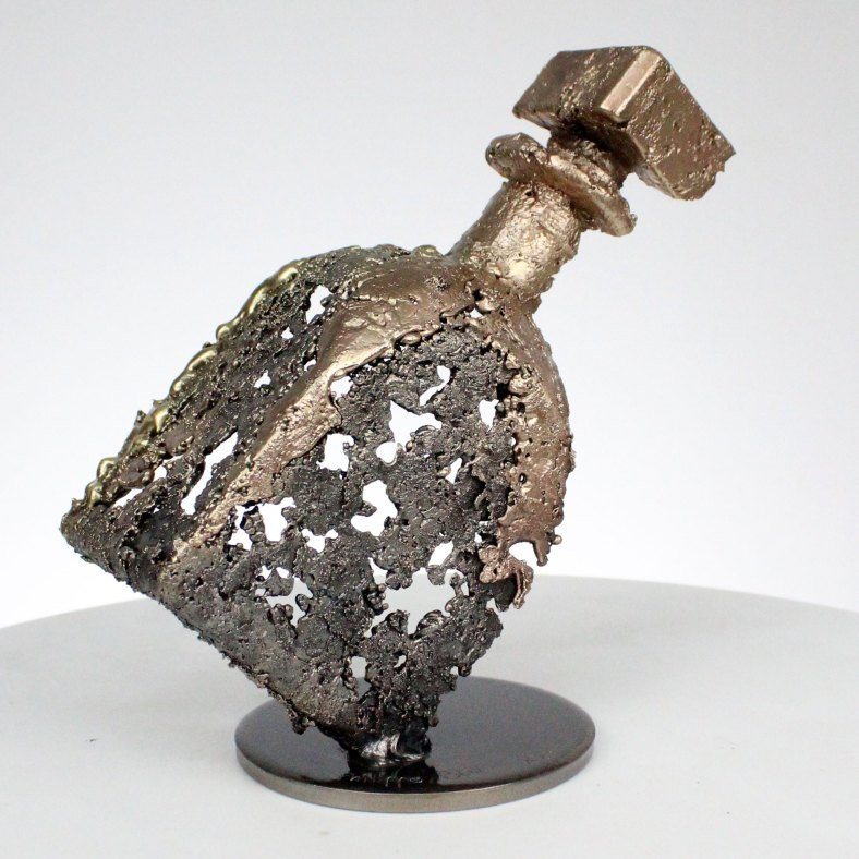 Sculpture bouteille de vielle prune en dentelle d'acier, bronze et laiton H 20 cm pièce unique signée Old plum bottle sculpture in steel, bronze and brass lace H 20 cm unique signed piece