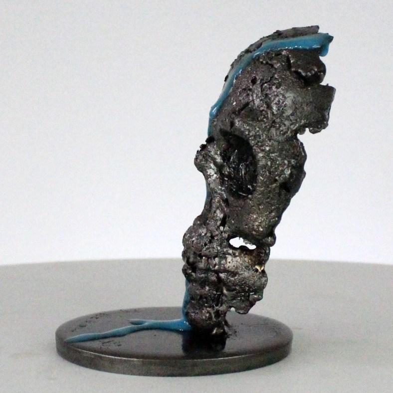Vanité 84-21- Sculpture crane métal pigment bleu- metal skull sculpture - Philippe Buil