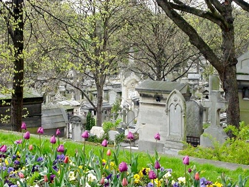 Pere_Lachaise_looking_down_the_hill
