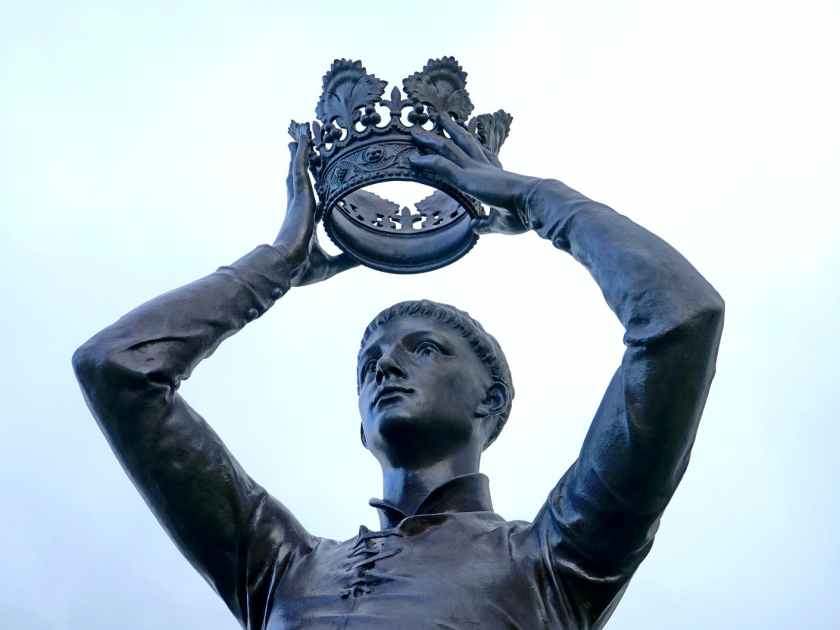 The King places the crown upon himself, allowing his reign of pleasure and wealth to begin.