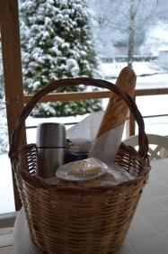 Le petit déjeuner, déposé devant votre chalet.