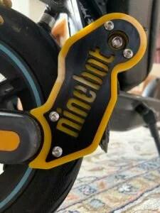 Sharkset Seitenverkleidung mit Ninebot-Logo links montiert