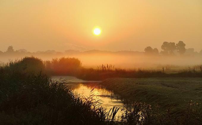 Een mistige zonsopkomst in de Polder by Ben Mol