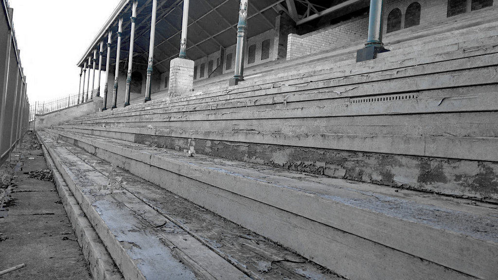 image of old race course grandstand at lincoln