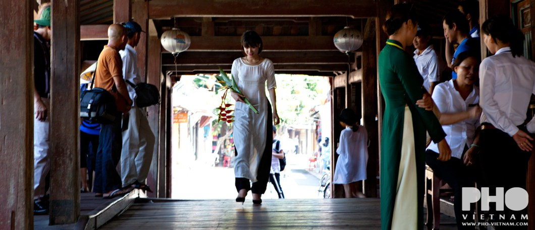 Woman wearing ao dai in Hoi An (foto: Pho Vietnam © Kim Le Cao)