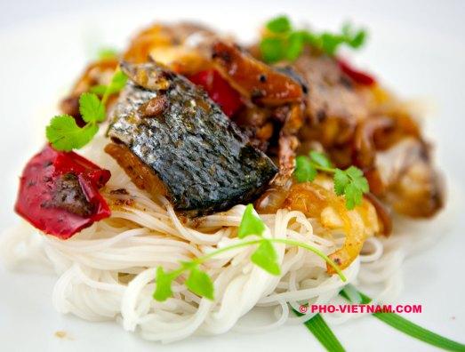 Ca kho with vermicelli (photo: Kim Le Cao © Pho Vietnam)