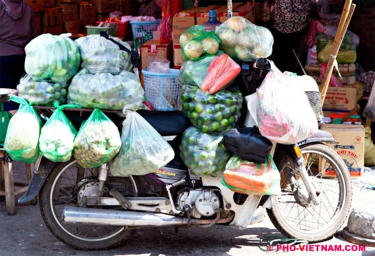 Brommer met boodschappen (foto: Pho Vietnam © Kim Le Cao)